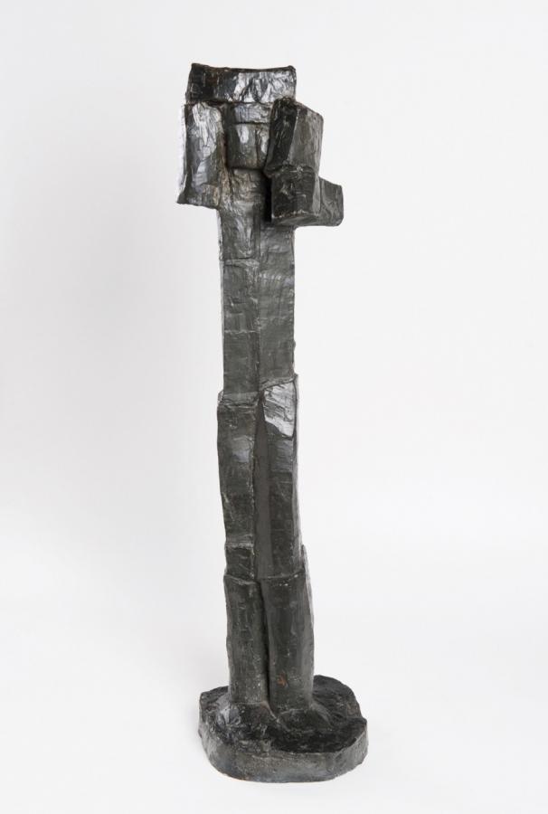 Stojící figura se zkříženýma rukama